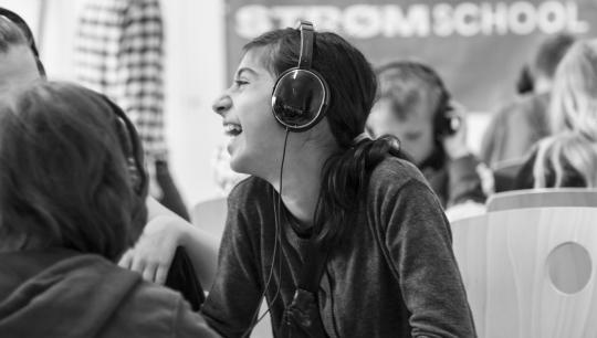 Pige til undervisning i Strøm til Børn på Brønshøj Skole