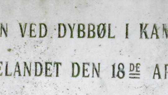detalje fra gravsten på Garnisons Kirkegård