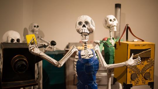 Papmachéskeletterne fra Mexico kan ses i Nationalmuseets udstilling Jordens Folk.