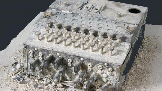 Verdenshistorien er fuld af kampe om data. På museet møder I hovedrolleindehaveren i en af verdenshistoriens mest dramatiske kampe om data: Krypteringsmaskinen Enigma, som tyskerne brugte til at hemmeligholde deres kommunikation under 2. Verdenskrig.