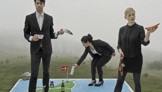 Nationalt teaterprojekt skaber levende Danmarksportræt. Hvem er vi danskere? Hvad er vi stolte af, og hvad skammer vi os over? Forestillingen henvender sig til udskolingen-
