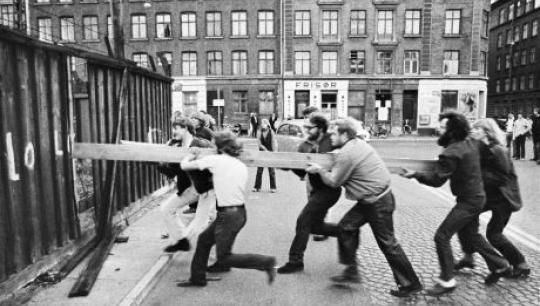 Ungdommen stormer Bådsmandsgade Kaserne