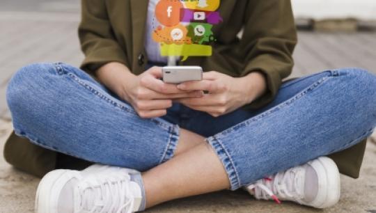 Billede af pige med mobiltelefon