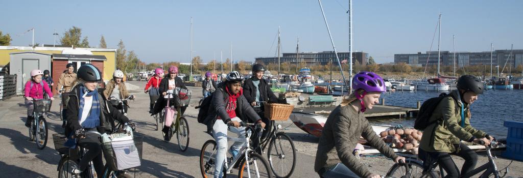Skolebørn der cykler